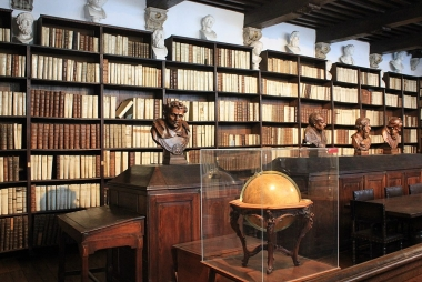 Bibliotheek in het Museum Plantin-Moretus. Latinista via Wikimedia Commons, CC BY-SA 3.0.
