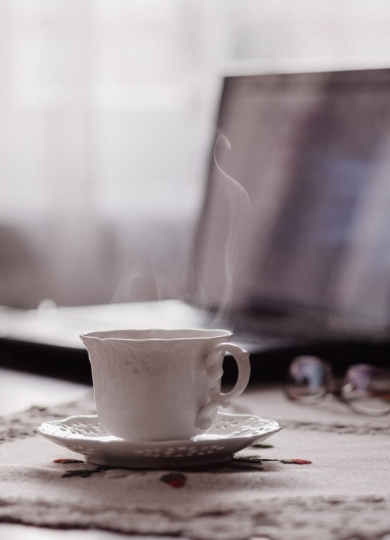 Computer en koffie. Foto: freestocks via Unsplash