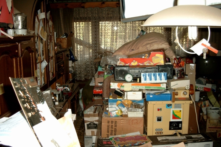 Compulsive hoarding apartment, Grap via Wikimedia Commons, CC BY-SA 3.0