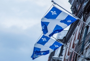 Vlag van Quebec. Tony Webster from Portland, Oregon, United States via Wikimedia Commons, CC BY 2.0