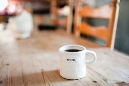 Koffiemok 'begin'. Foto: Danielle MacInnes via Unsplash